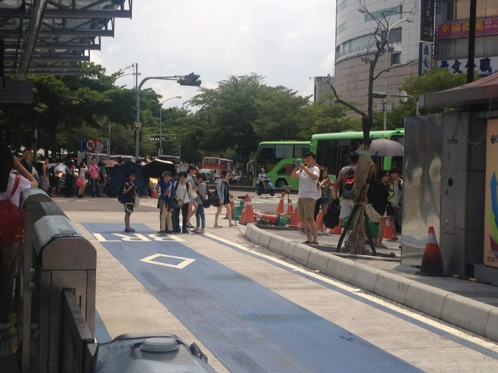 站在BRT專用道中間找路的民眾