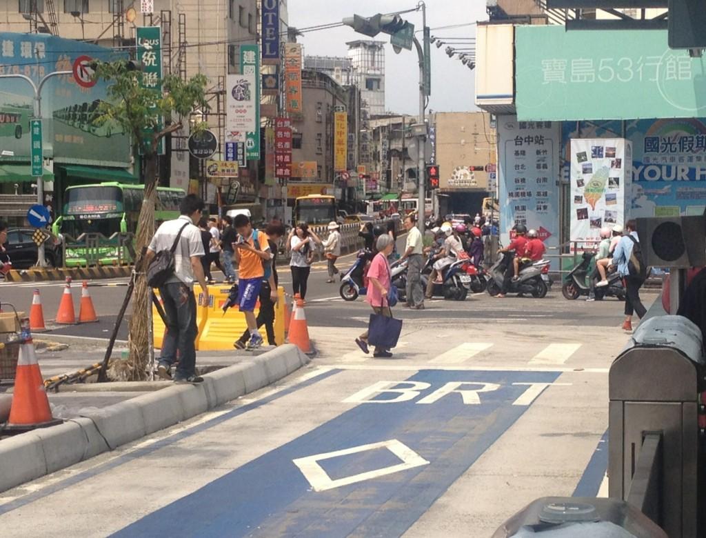 搭公車的民眾必須穿越BRT專用道